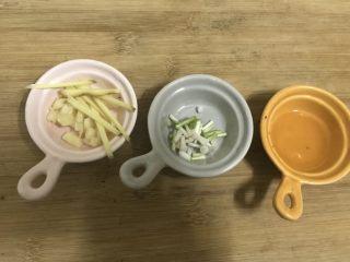 板栗焖鸡腿丁,姜丝,蒜蓉切好,葱白切好,料酒备用。