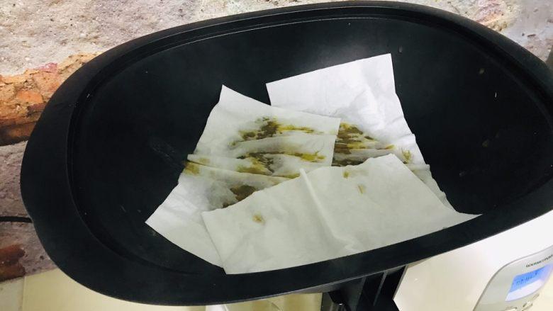 辣椒酱,防止油飞溅 蒸锅上 放上厨房用纸