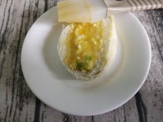 葱香煎馒头片,然后用刷子把鸡蛋液刷到馒头上。
