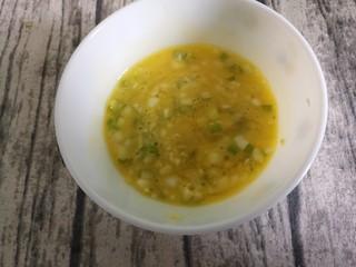 葱香煎馒头片,把鸡蛋液和葱花搅拌均匀。