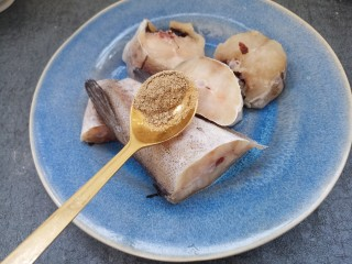美味清蒸鳕鱼,再加半勺胡椒粉,腌一会。