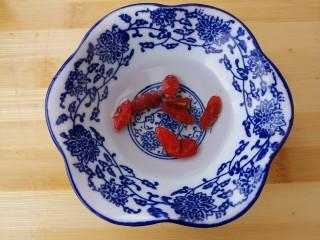美味清蒸鳕鱼,准备点枸杞子。