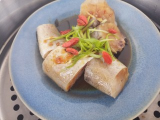 美味清蒸鳕鱼,接着放锅里蒸。