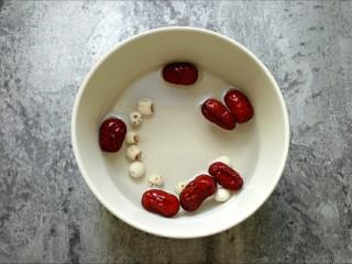 桃胶皂角米银耳羹,红枣、莲子洗净