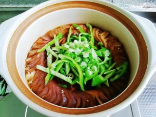 鱼香茄龙煲,茄子煨软,放入青椒丝和葱花