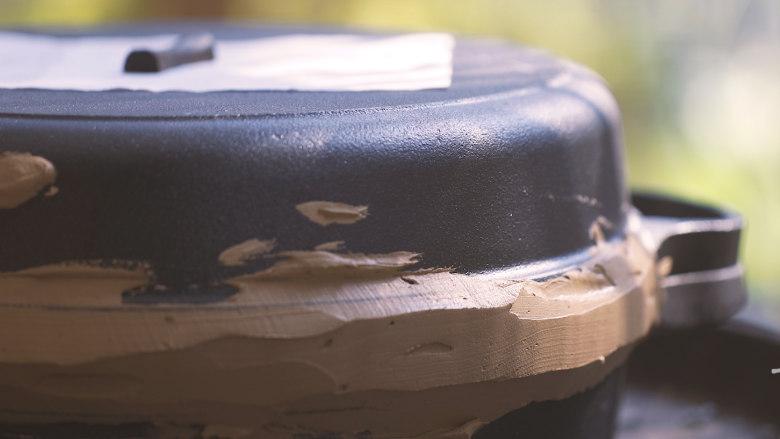 荷叶灰方,晒干的荷叶平铺入平底锅中,锅上倒扣一口相同直径或直径稍小的锅