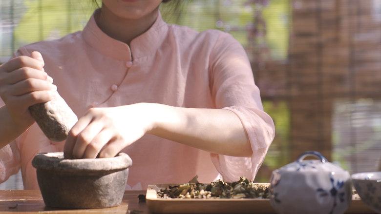 荷叶灰方,荷叶研磨成粉末,用温热米汤服下,每次约10-20g