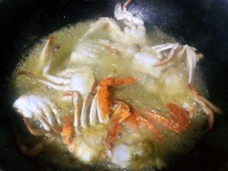 香辣吮指飞蟹,锅中倒入适量油加热至7成热放入螃蟹大火炸起来