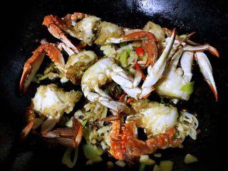 香辣吮指飞蟹,最后撒上少许盐调味即可出锅