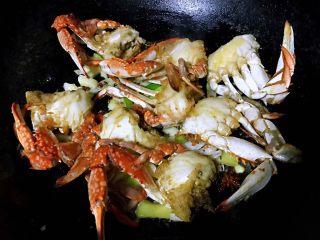 香辣吮指飞蟹,放入螃蟹大火快速翻炒