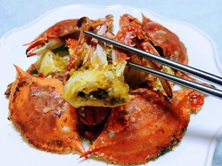香辣吮指飞蟹,炸过的螃蟹不但鲜美还有浓浓的香味刚入口是酥酥脆脆滴