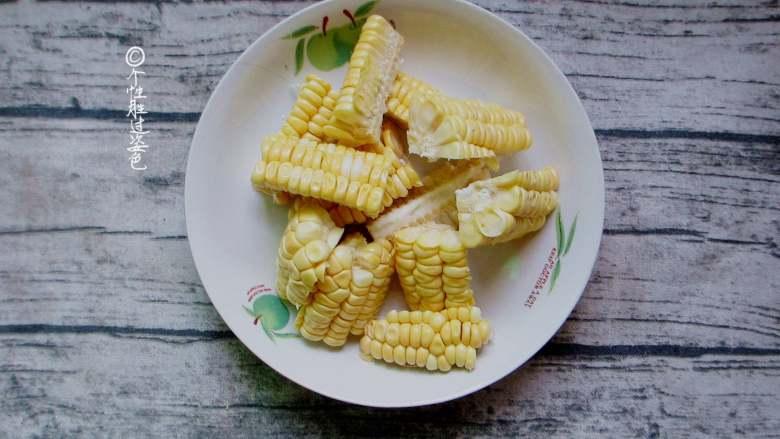 十味 少油干锅鸡,玉米洗干净切成块,用热水煮熟捞出待用