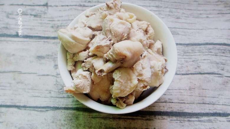十味 少油干锅鸡,将鸡洗净,切成三厘米厚的鸡块,放入冷水,姜片,葱段,十粒花椒,烧开后转小火煮五分钟,再关火焖熟。