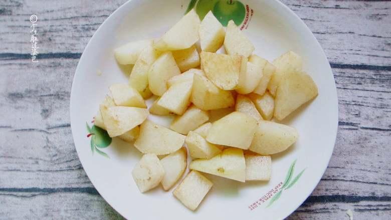 十味 少油干锅鸡,往锅里倒一勺油油,待油烧好后将土豆放进去煎,煎好后捞出来放入盘子备用