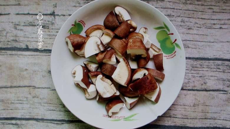 十味 少油干锅鸡,香菇洗干净去根切成块