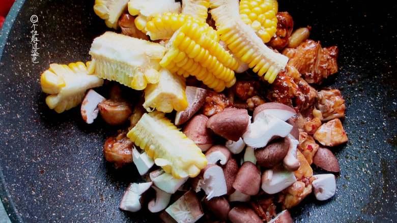十味 少油干锅鸡,倒入玉米和香菇翻炒,炒至香菇八分熟