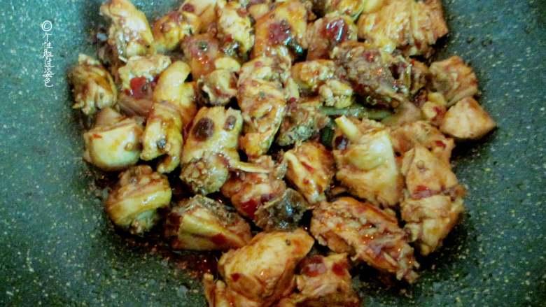 十味 少油干锅鸡,放入生抽、老抽、盐、糖翻炒上色
