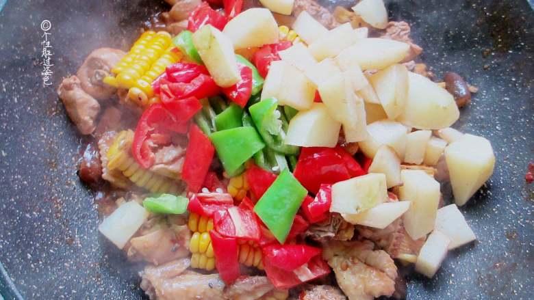十味 少油干锅鸡,最后放入炸好的土豆、青红椒