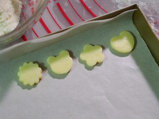宝宝奶片,烤盘里面垫上油纸,避免粘在烤盘上。