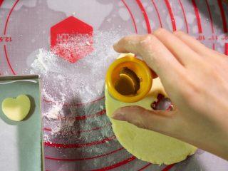 宝宝奶片,擀成3-5毫米厚的面皮,用模具压出喜欢的图案。  如果没有模具,可以用瓶盖压。