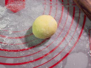 宝宝奶片,加入果汁,揉成面团,其余两份同样方法制作。