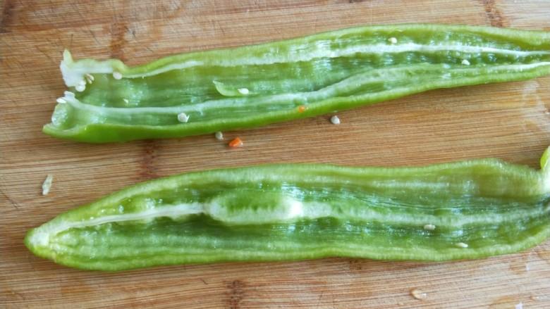 五花肉炒茭白,尖椒切开去掉里面的白色,切成丝。