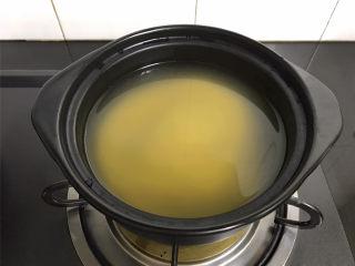 苹果小米粥,20分钟后把小米放入砂锅中,加入足够的水。