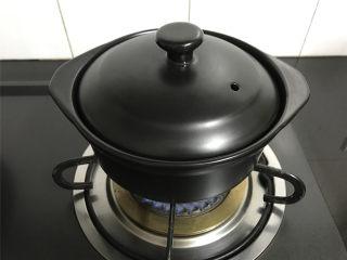 苹果小米粥,大火煮开后转中小火焖煮约20分钟后小米开始变浓稠。