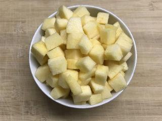苹果小米粥,苹果洗净,去皮去核后切成小粒。因为苹果易氧化,所以不用提前切,随用随切就好。