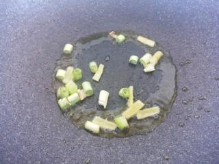 炒西葫芦,锅里热油,把葱和姜爆香。