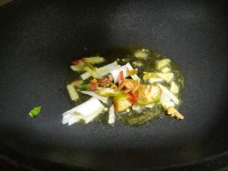 芹菜炒土豆丝,把辣椒和葱爆香。