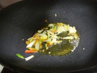 芹菜炒土豆丝,炒出香味。