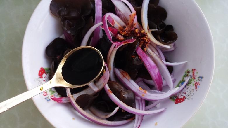 洋葱木耳拌菜,再加一勺醋。