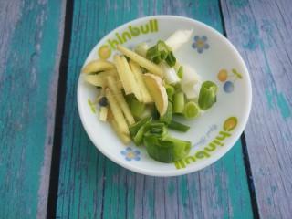 酸菜炒土豆丝,再切点姜丝和葱花。