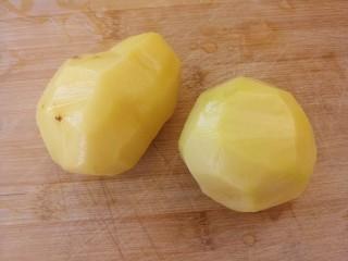 酸菜炒土豆丝,两个土豆去皮洗净。