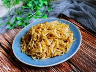 酸菜炒土豆丝,出锅装盘。