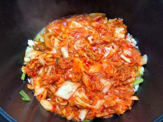 韩式泡菜锅,放入泡菜翻炒2分钟