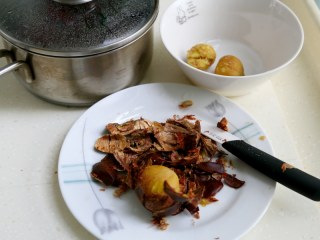 十味 板栗烧鸭,放入小锅里冲入开水,盖锅焖5分钟,然后取出一个剥一个。