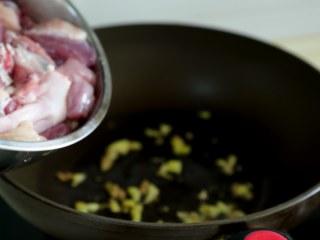 十味 板栗烧鸭,锅里倒少量的油,下鸭块去炒。