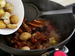 十味 板栗烧鸭,炖到肉基本上软烂加盐调味,加入板栗继续炖。