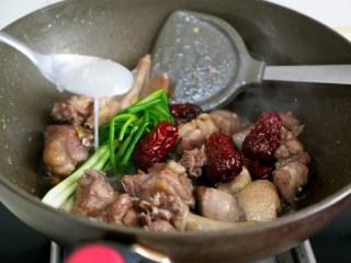 十味 板栗烧鸭,炒出香味倒入米酒。