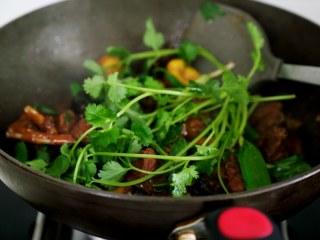 十味 板栗烧鸭,炖到板栗完全酥烂,这时鸭肉也是非常的软烂入味,放几根香菜,翻一铲子即可起锅。