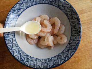 滑蛋虾仁,再加入2勺蛋白搅拌均匀。