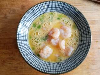 滑蛋虾仁,再加入汆烫好的虾仁,搅打均匀。
