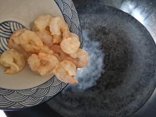 滑蛋虾仁,起锅烧水,在锅中水烧至出现密集的小泡泡时(未到大开状态)将腌拌好的虾仁入锅,略为汆烫至8分熟(约20秒)。