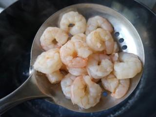 滑蛋虾仁,将汆烫好的虾仁沥水捞出备用。