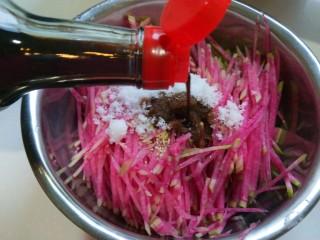 新文美食  糖醋凉拌心里美,加入适量醋。