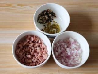 芝士焗番茄,将香菇、洋葱洗干净切成丁,肉肠、冠利腌绿辣椒也切丁,备用;