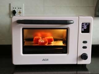 芝士焗番茄,烤盘上铺一层锡箔纸,放入装好内馅的番茄碗,移入烤箱,按启动键开始烘烤熟,出炉后撒上适量黑胡椒粉即可;