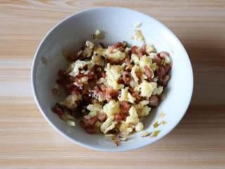 芝士焗番茄,冷却至不烫手后倒入马苏里拉芝士搅拌均匀;